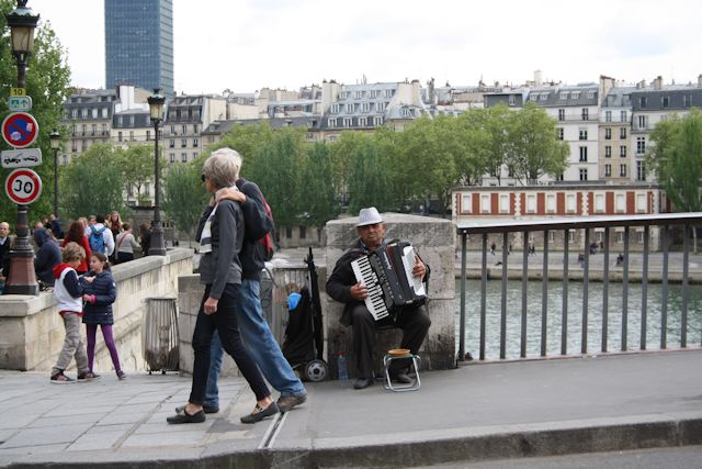 busker on pont marie