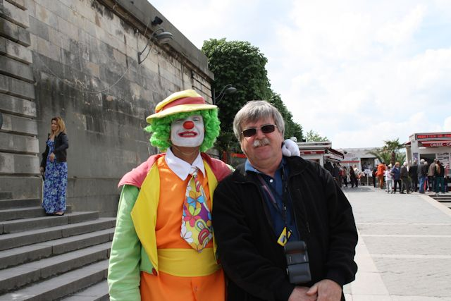 with clown near vedettes des paris 2
